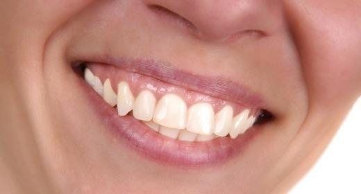 מה משפיע על צבע השיניים שלנו?