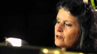 מרים שחק בראיון טלויזיוני בקונטנטו דה סמריק, בית הוצאה לאור בינלאומי