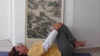 איך לשחרר כאב גב ב 2 דקות? יוגה מסאז בהדרכת שירלי מן